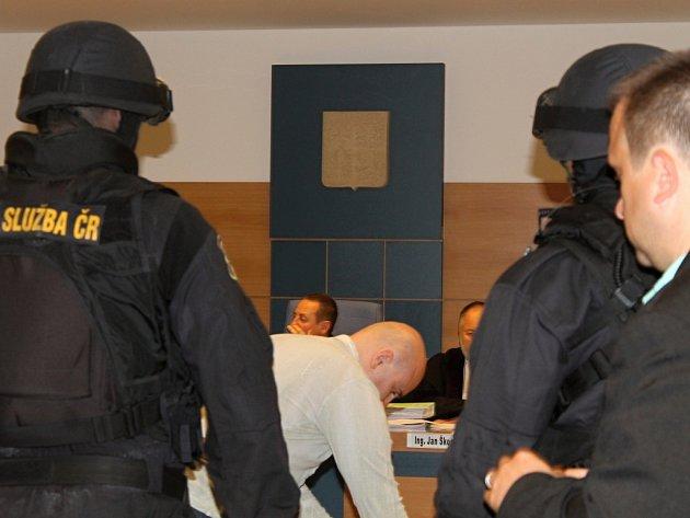 Rozsáhlá bezpečnostní opatření v budově krajského soudu pokračovala i včera kvůli procesu s Miroslavem Maslákem a jeho skupinou. Pětice mužů čelí obžalobě z vydírání, porušování osobní svobody, šíření poplašné zprávy a nedovoleného ozbrojování.