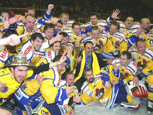 Oslavy mistrovského titulu v hokejové extralize v dubnu 2004.