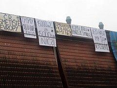 Protestní transparenty na jarmeku ve Valašských Kloboukách