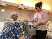 """V prvním kole požádalo o možnost volit """"z lůžka"""" v Krajské nemocnici T. Bati ve Zlíně 115 pacientů. Na snímku volí pacienti chirurgie KNTB krátce po zahájení voleb."""