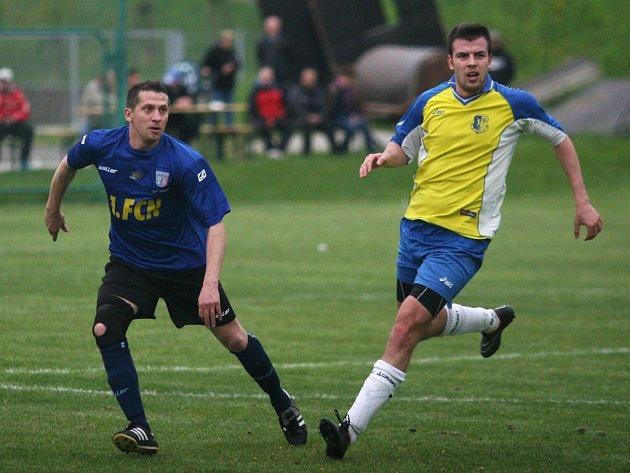 Fotbalisté Neubuzi (v modrém) ve šlágru podlehli SK Zlínu 0:6.