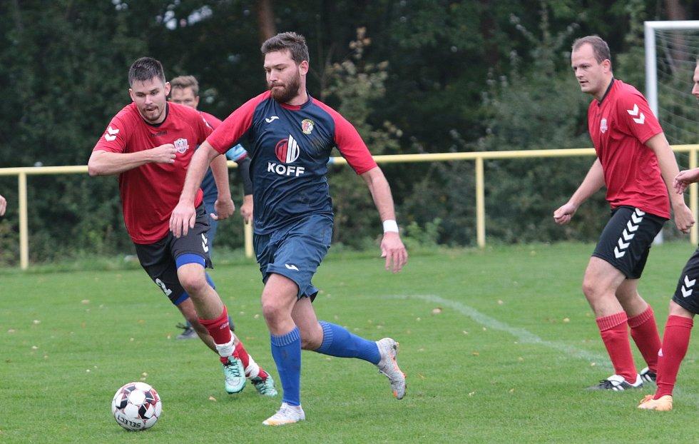 Fotbalisté Mladcové B  (modré dresy) v 10. kole okresního přeboru Zlínska zdolaly Příluky 3:2.