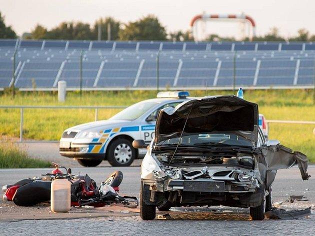 Po srážce motorek s autem skončili dva řidiči v nemocnici