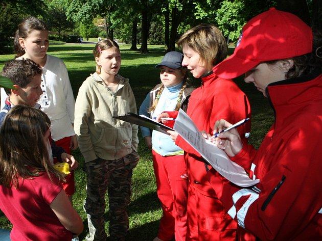 První pomoc prováděla dětská družstva na figurantech ve zlínském parku.