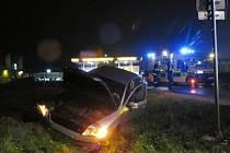 Octavia skončila v příkopu, řidič je zraněný