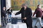 Nadcházející čtyři roky bude šéfovat kopané ve Zlínském kraji František Hubáček. V boji o předsednické křeslo ve středu porazil Vlastimíra Hrubčíka 26:10. Rozhodla o tom středeční Volební valná hromada Zlínského KFS.