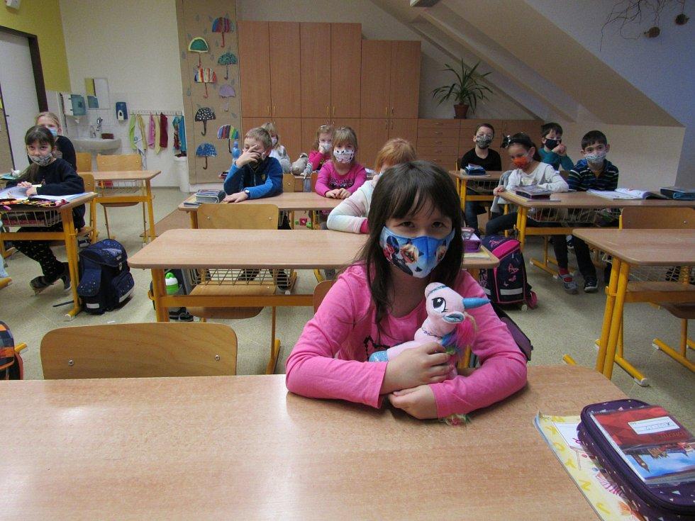 Děti z 1.A ZŠ Fryšták si návrat do školních lavic užívají.