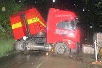 Kamion zablokoval hlavní tah I/49 mezi Vizovicemi a Valašskou Polankou
