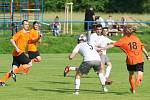 Fotbalisté Lužkovic (v oranžových dresech) doma nestačili na Hvozdnou 1:4.