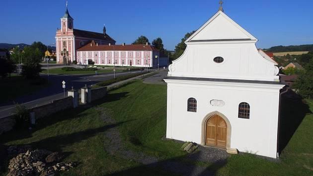 Kostelík ve Štípě, v pozadí poutní chrám