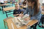 Děti z mateřinky vyráběly s osmáky zápichy