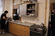 Kuchyně. Plně vybavená kuchyně, kde nechybí lednice, sporák, mikrovlnka, nebo stroj na kávu. O žaludky hasičů je na zlínské centrální stanici dobře postaráno.