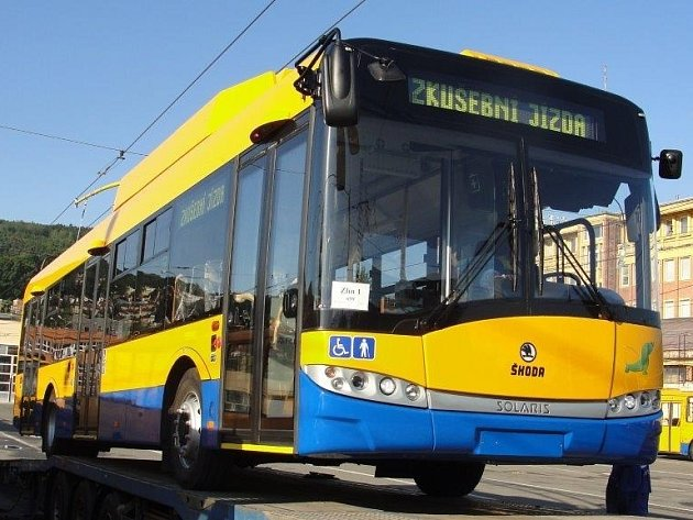 JAK VYPADÁ? Nové trolejbusy (jeden z nich na snímku) jsou klimatizované. Budou proto jezdit na delších trasách.