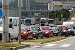 Kolona aut na železničním nadjezdu v Otrokovicích