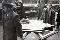 Osvobození Zlína květen 1945. Odstraňování posledních znaků a nacistických symbolů z bývalé německé školy,  nyní reálné gymnázium, první dny po osvobození.