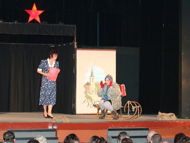 HRDÝ BUDŽES. O tom, že to školačka Helenka Součková neměla za normalizace lehké, přesvědčili diváky ochotníci z Ústí nad Orlicí.