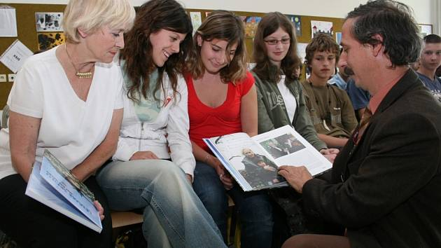 DEBATA S DĚTMI. Novinář Jan Procházka a zakladatelka hnutí Stonožka Běla Jensen(vlevo) pobesedovali včera s žáky 8. ZŠ v Malenovicích.