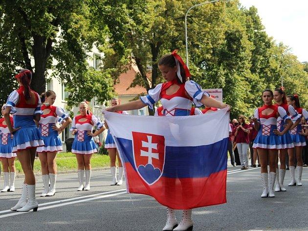 Zlínem prošel parádní průvod v rámci Mezinárodního festivalu dechových orchestrů a folklorních souborů