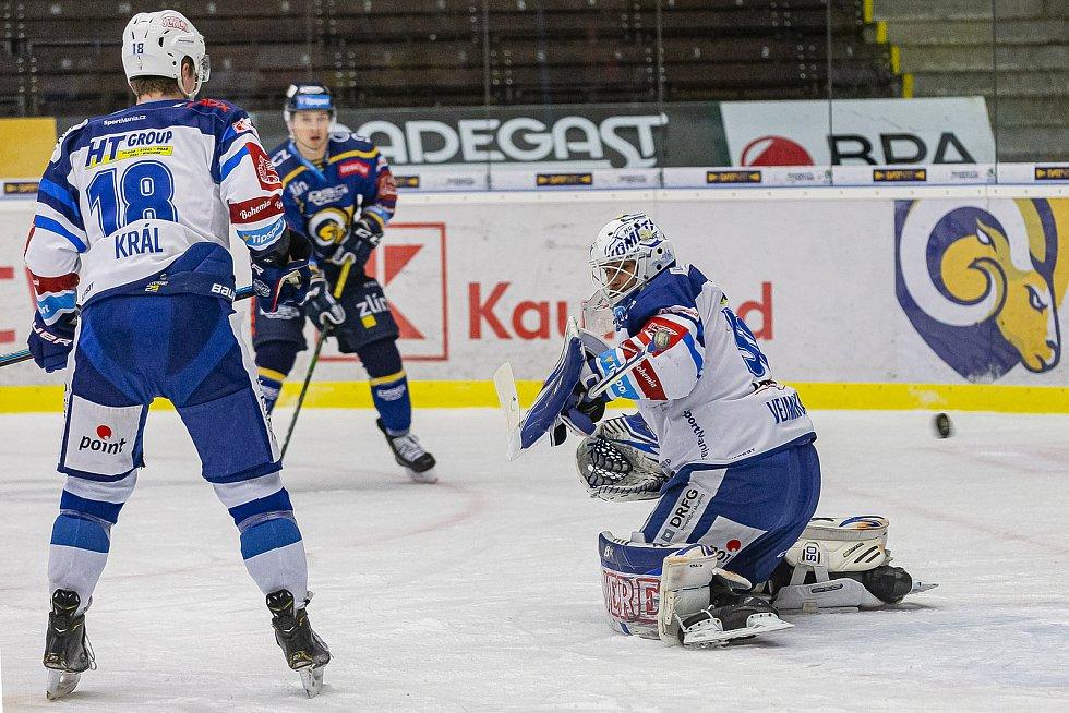 Extraligoví hokejisté Zlína (v modrém) v dohrávce 7. kola extraligy v úterý vyzvali  Kometu Brno. Na snímku Vejmelka.