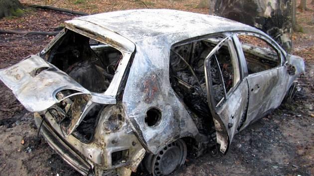 Osobní automobil v lese na Zlínsku kompletně zničily plameny.