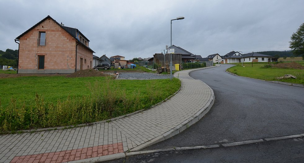 Vesničce Újezd na Zlínsku chybí podle místních snad jen moře. Na snímku z 26. srpna 2021 nová zástavba.
