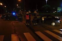 Řidič vezl šest lidí a nezastavil na stopce, srazil se s opilou řidičkou