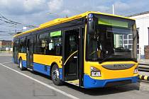 ZEVNITŘ I ZVENKU. Cestující si všimnou jiného provedení čela vozu a zejména pak mírně odlišného uspořádání interiéru.