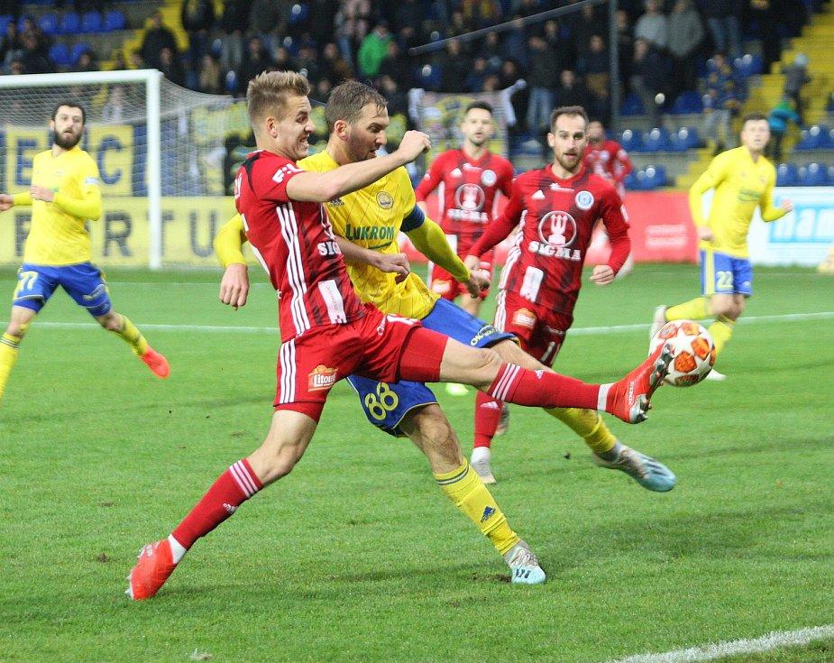 Fotbalisté Fastavu Zlín (ve žlutém) v sobotním 16. kole FORTUNA:LIGY hostili na Letné Sigmu Olomouc. Na snímku Poznar.