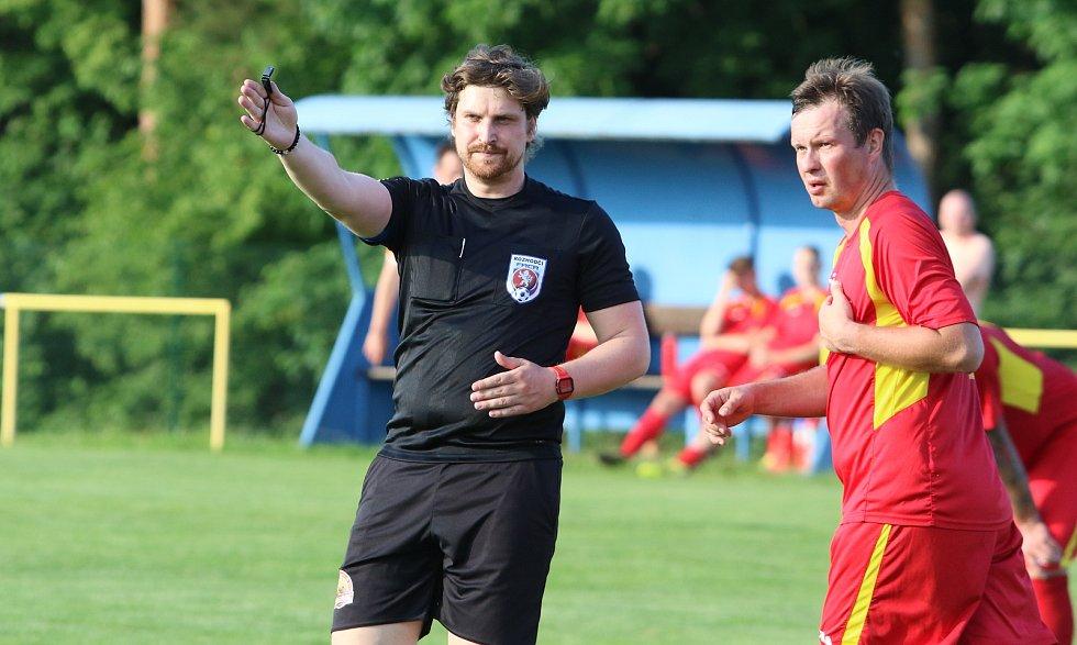 Fotbalisté Nevšové (v bílých dresech) zvítězili na hřišti Mladcové.