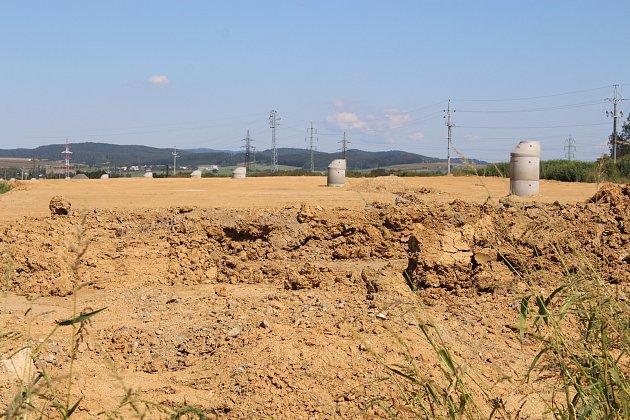 Na začátku plánovaného obchvatu se vsoučasnosti provádí hrubé terénní úpravy. Na řadu vtěchto dnech přijdou ještě další násypy trasy. Vmístě je již vybudovaná kanalizace, což prozrazují čnící betonové skruže. Podle jejich výšky jde poznat, jak vysoká d