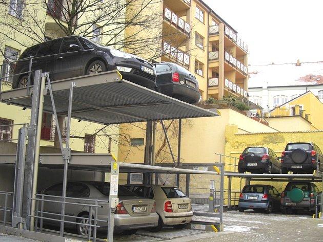 Netradiční patrové parkování.