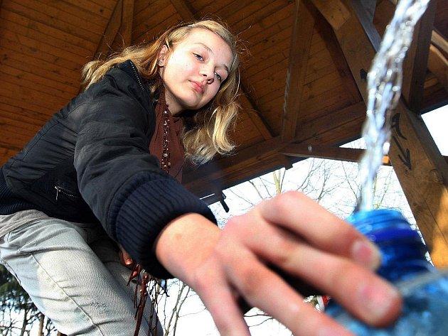 U pramene pitné vody ve Zlíně – Příluku se denně vystřídají desítky lidí, kteří si sem pravidelně jezdí po minerální vodu. (snímek z pondělí 28. března)