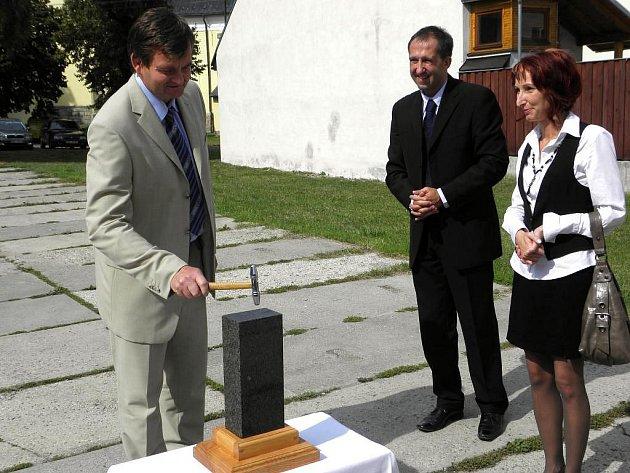 Slavnostním poklepáním na základní kámen ve čtvrtek začala výstavba podnikatelského inkubátoru ve Valašských Kloboukách.