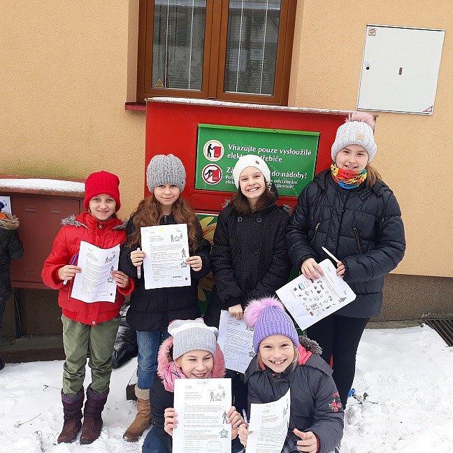 Základní škola Lačnov. Žáci plní úkol Recyklohraní.