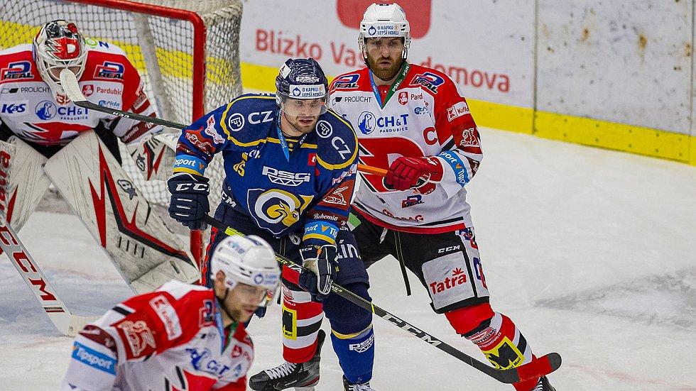 Hokejisté Zlína (v modrých dresech) ve 43. kole extraligy podlehli Pardubicím 1:3.