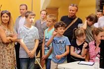 Natáčení seriálu Kriminálka 5.C na hradě Malenovice.režisér Juraj Nvota s dštskými herci