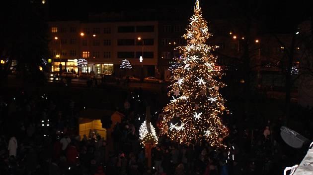 Ve Zlíně v neděli přesně o půl páté rozsvítil zlínský vánoční strom primátor města Miroslav Adámek.