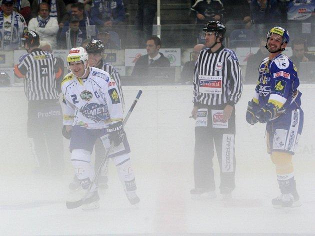 Předčasné ukončení zápasu pro silnou mlhu na ledové ploše.