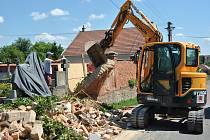 Dělníci ve Fryštáku opravují hřbitov, lidé musí jeho návštěvy kvůli bezpečnosti omezit. Mimo jiné už technika strhla k zemi zničenou zídku u cesty. Foto: MÚ Fryšták