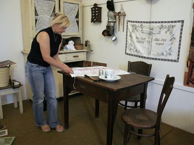 Aranžérka Milena Gregůrková chystá exponáty na výstavu o tradičním bydlení na Zlínsku.