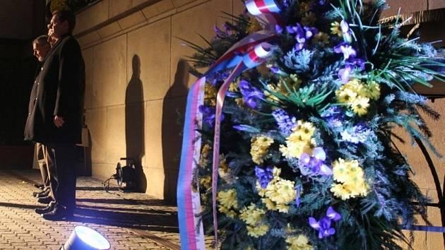 Na náměstí Míru ve Zlíně se v pátek 16. listopadu 2012 konal Živý podvečer u příležitosti 23. výročí Dne boje za svobodu a demokracii – 17. listopad.