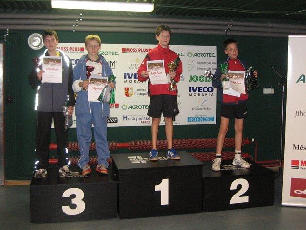 Michal Prokeš (uprostřed) vyhrál poprvé v kariéře dvouhru v bodovacím turnaji na republikové úrovni.