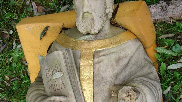 V Provodově opravují poničenou sochu sv. Františka Saleského. Někdo ji chtěl vloni ukrást a přitom ji poničil. Foto: archiv OÚ Provodov