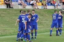 Fotbalisté Slavičína (v modrých dresech) v domácím poháru vyzvou Holešov.