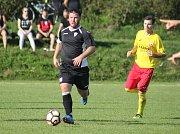 Fotbalisté Příluk (ve žlutém) doma v 6. kole krajské I. B třídy skupiny B podlehli Lužkovicím