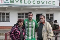 Fotbalista Mysločovic Pavel Švach po posledním zápase kariéry zapózoval společně s rodiči.