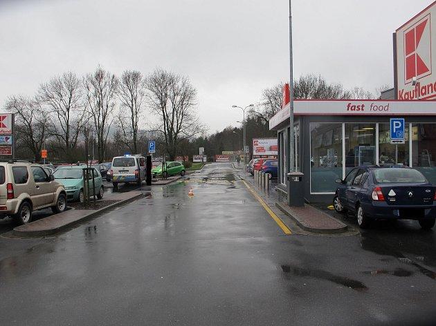 Žena ve Zlíně bezohlednou jízdou zranila pracovníka nákupního centra.
