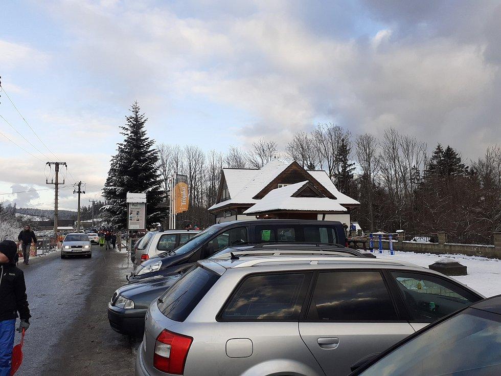 Skiareály ve Zlínském kraji praskaly o víkendu ve švech. Přesto si lidé zimní radovánky užili. Troják na Kroměřížsku.