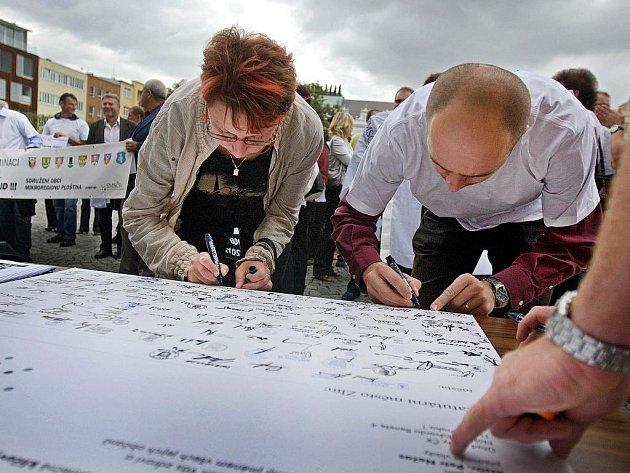 Zlín/ 135 starostů protestovalo v pátek 9. září na zlínském náměstí Míru proti nespravedlivému rozpočtovému určení daní. To podle nich okrádá malé obce na úkor velkých měst. Starostové proto podepsali otevřený dopis adresovaný premiérovi Nečasovi.