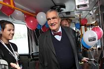 Karel Schwarzenberg ve Zlíně. Volební trolejbus.